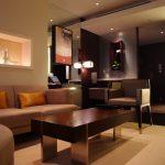 коричневый диван интерьер зала