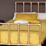 Кованая кровать с металлическими ножками и спинкой