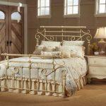 Кованые кровати в интерьере фото
