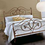 Кованые кровати в интерьере комнаты