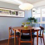Круглый обеденный стол в дизайне интерьера маленькой уютной комнаты