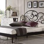 Металлическая двуспальная кровать в интерьере спальни