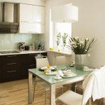 Объедините кухню с гостиной, а на границе поставьте обеденный стол