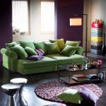зеленый диван с подушками