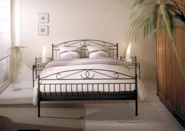 Втиснуть в интерьер спальной в классическом стиле кованые кровати