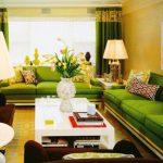 зеленый диван интерьер