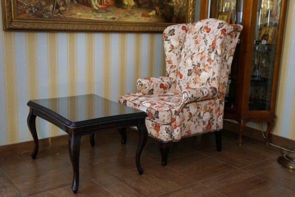 английское кресло со столиком