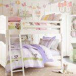 белая двухъярусная кровать в спальне