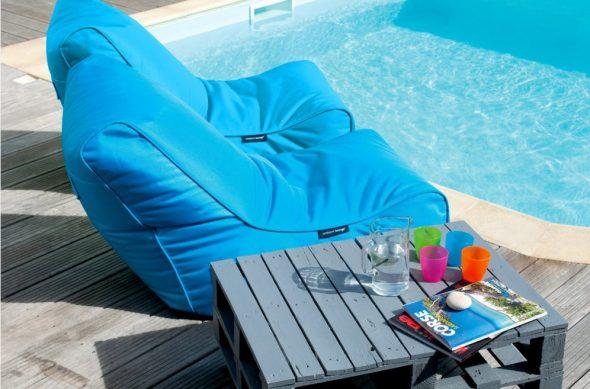 бескаркасная мебель около бассейна