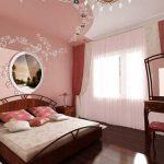 кровать из массива дерева в небольшой комнате