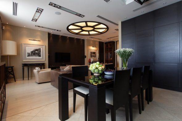 черный обеденный стол в интерьере гостиной