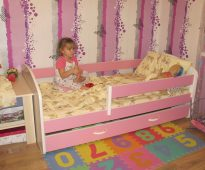 детская кроватка розового цвета