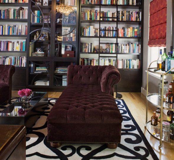 дизайн зала с книжными полками и диваном