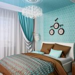 кровать в бирюзовой спальне