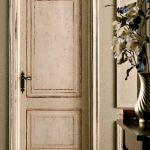дверь белая состаренная