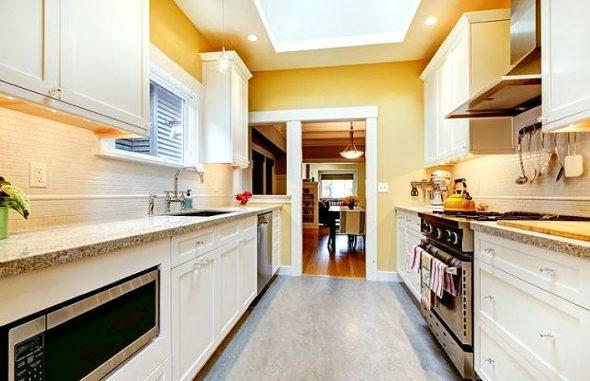 двухлинейная кухня в жёлтом цвете