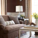 коричневый диван в светлой гостиной
