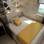 двуспальная кровать у окна