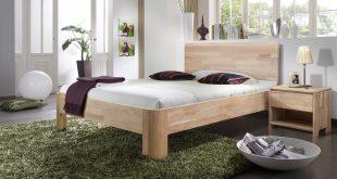 кровать из дерева в спальне