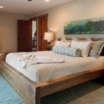 кровать из дерева в интерьере спальни