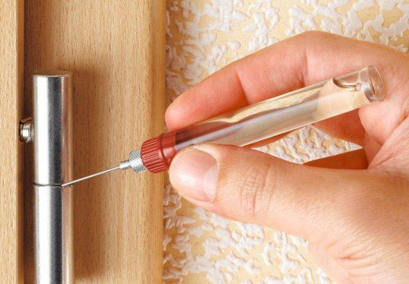 смазка скрипящих дверц
