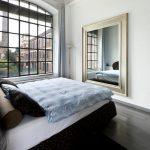 спальня с зеркалом напротив кровати