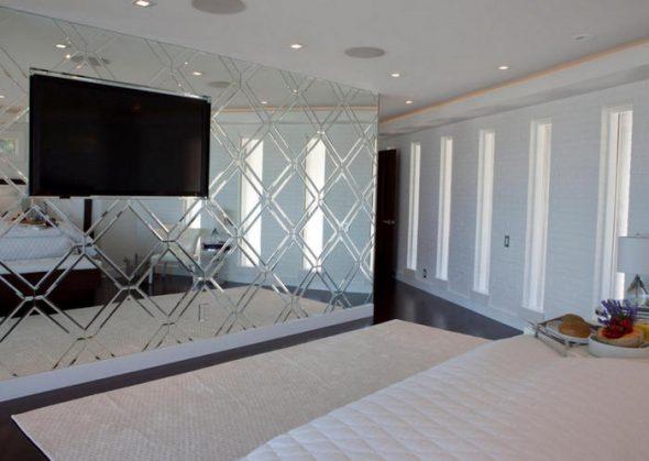 спальня с зеркалом во всю стену