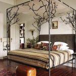 удобная двуспальная кровать с железной ковкой и высокой спинкой