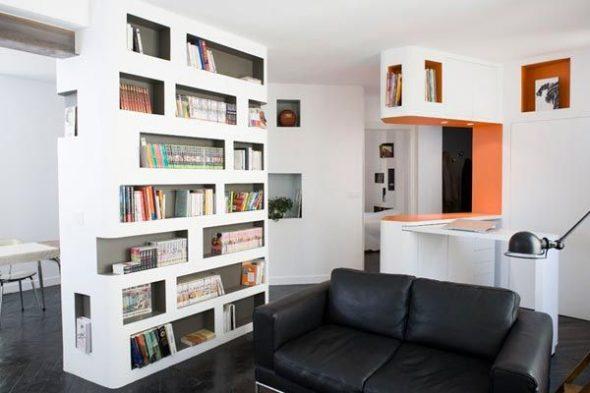 дизайн гостиной с книжным шкафом