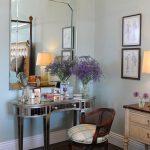 зеркало и столик в спальне