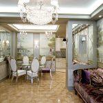 зеркало в комнате на стене