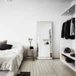 зеркало в скандинавской спальне
