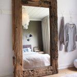 зеркало в спальне в деревянной раме