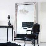 зеркало в спальне в раме