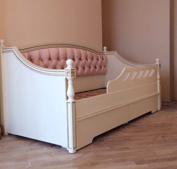 Диван-кровать для девочки в классическом стиле
