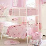 Двухъярусная кровать для девочек в розовой комнате