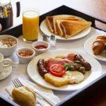 столик для завтрака функциональный