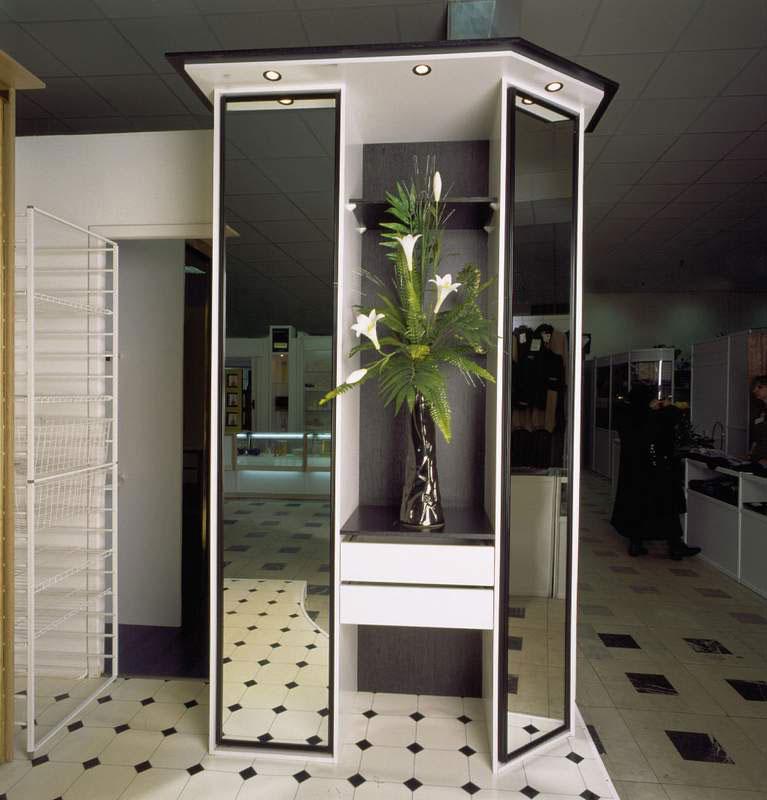 Самостоятельно приклеиваем зеркало к дверце шкафа: пошаговая.