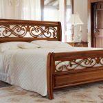 Элитная итальянская кровать из массива дерева