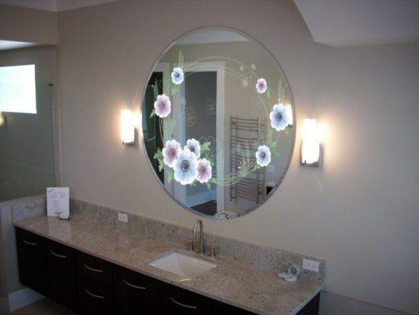 Классическое зеркало в спальне