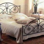 Кованная кровать добавит романтичности и красит спальню в стиле прованс