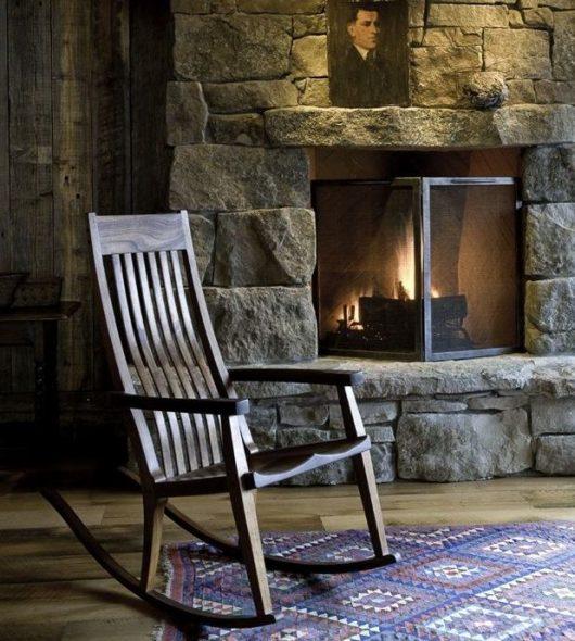 кресло качалка у камина
