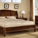 Кровать для спальни из массива дерева