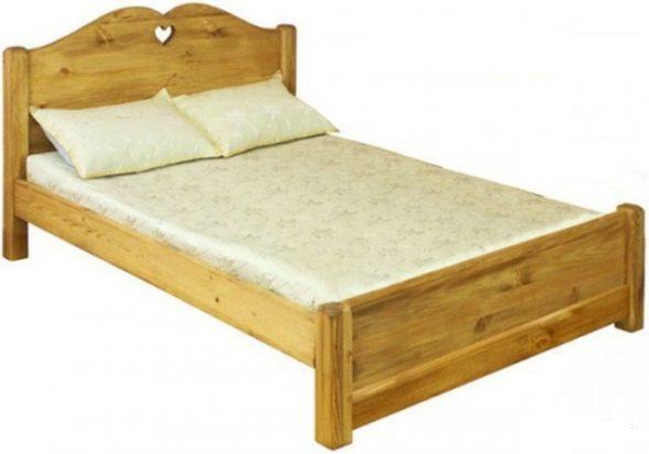Кровать из массива сосны— фотография