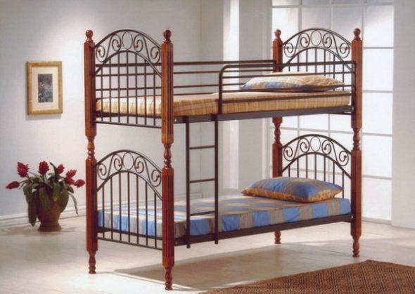 Металлическая двухъярусная кровать с лестницей