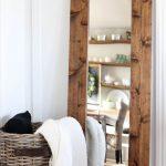 Напольное зеркало в самодельной деревянной раме