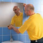 Навешиваем зеркало в ванной