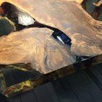 Обеденный стол из дерева каури, металла и смолы