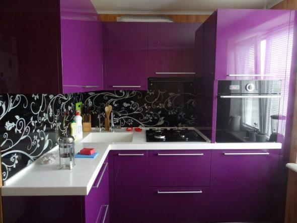 угловая кухня черно фиолетовая