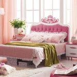Розовая кровать в спальне для девочки фото